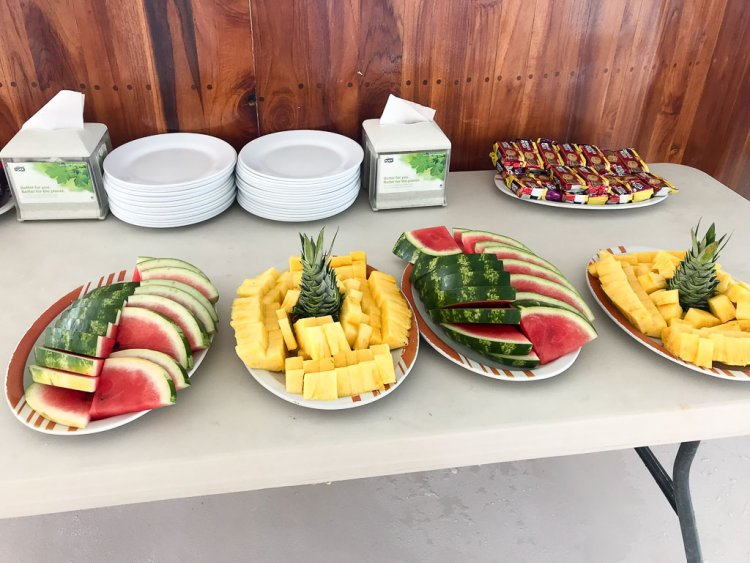 Catamaran Ocean King Quepos fresh fruit, cookies and crackers as appetizers.