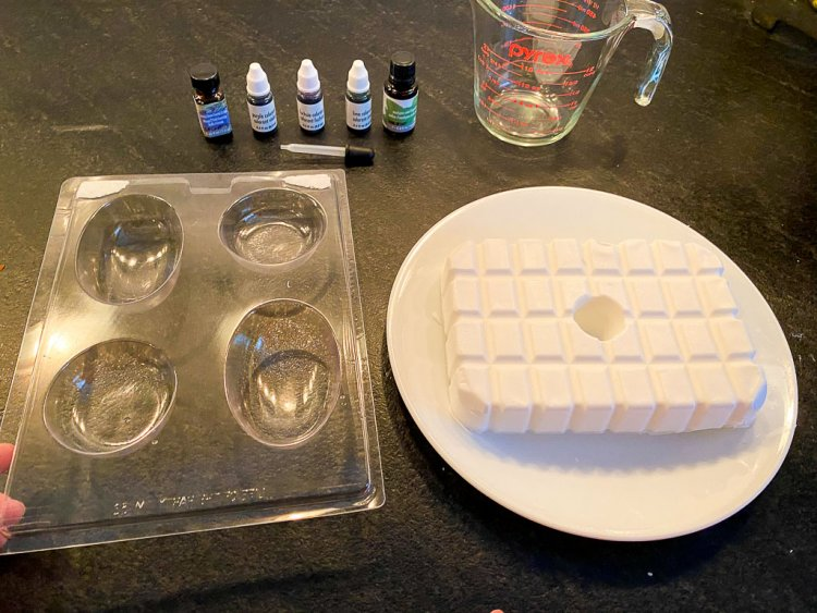 Soap materials with a block of glycerin, soap mold, soap dye and perfume.